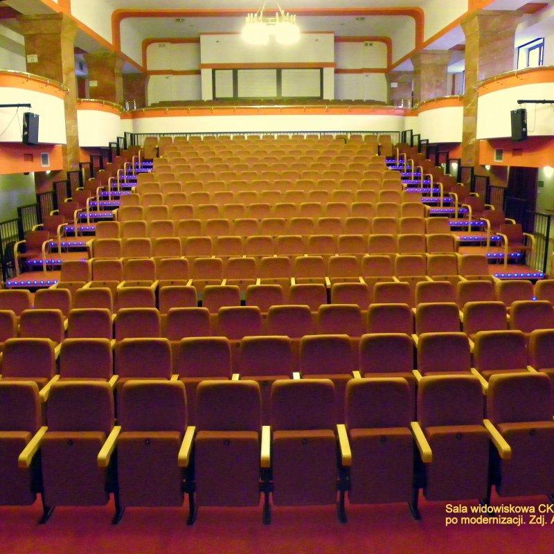 sala widowiskowa z widownią amfiteatralną